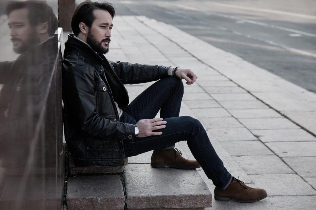 Mann Jeanshose Lederjacke
