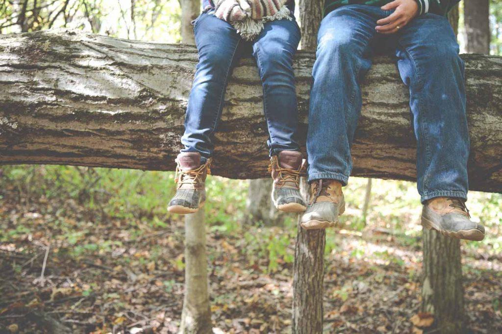 Baumstamm Jeans Schuhe