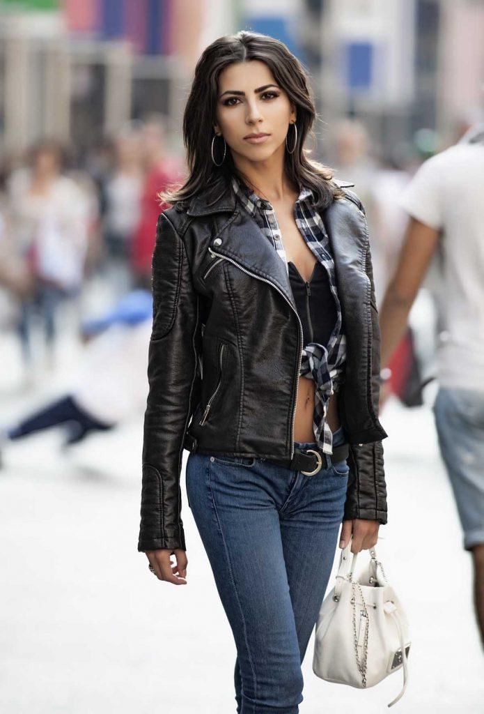 Lederjacke Jeanshose Frau