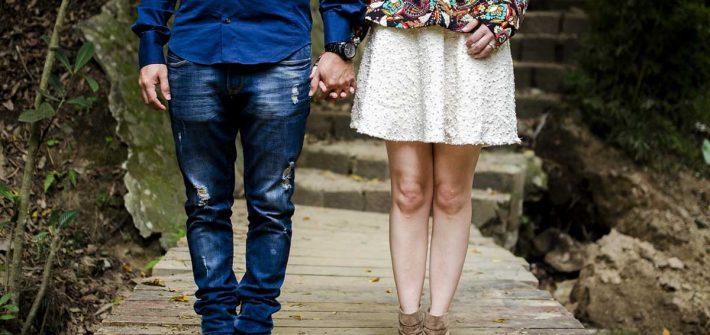 Paar Jeanshose Kleid