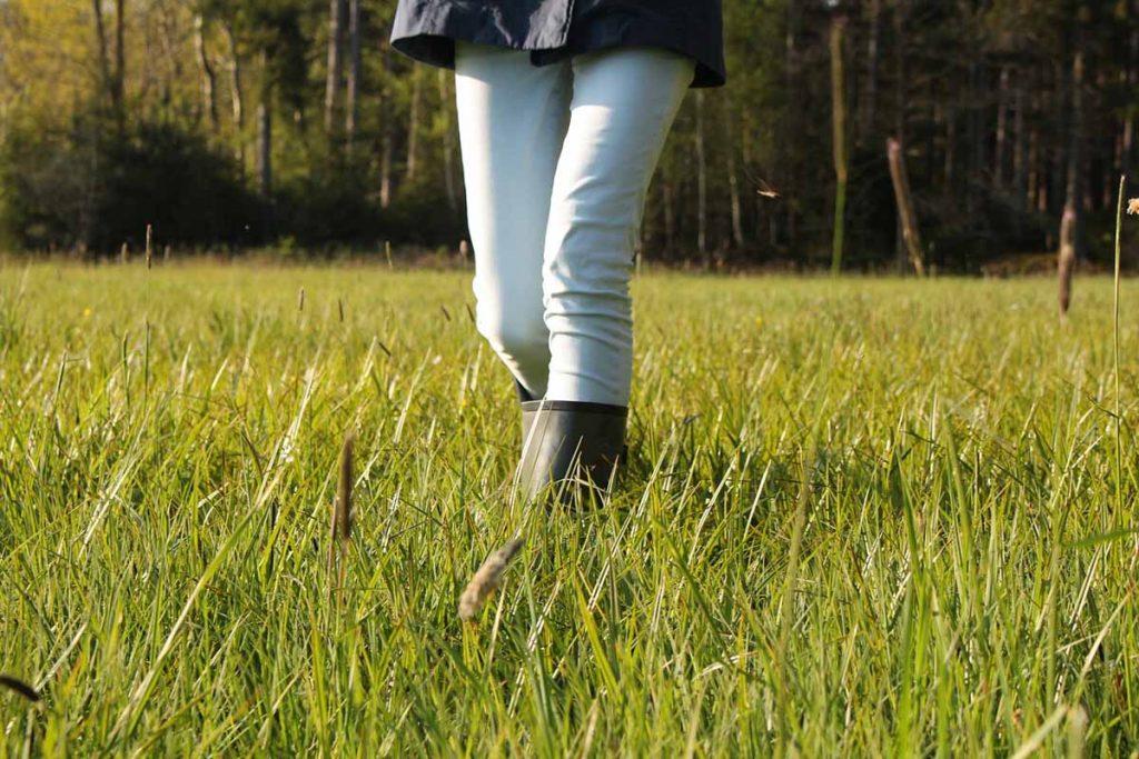 Weiß Jeans Gras