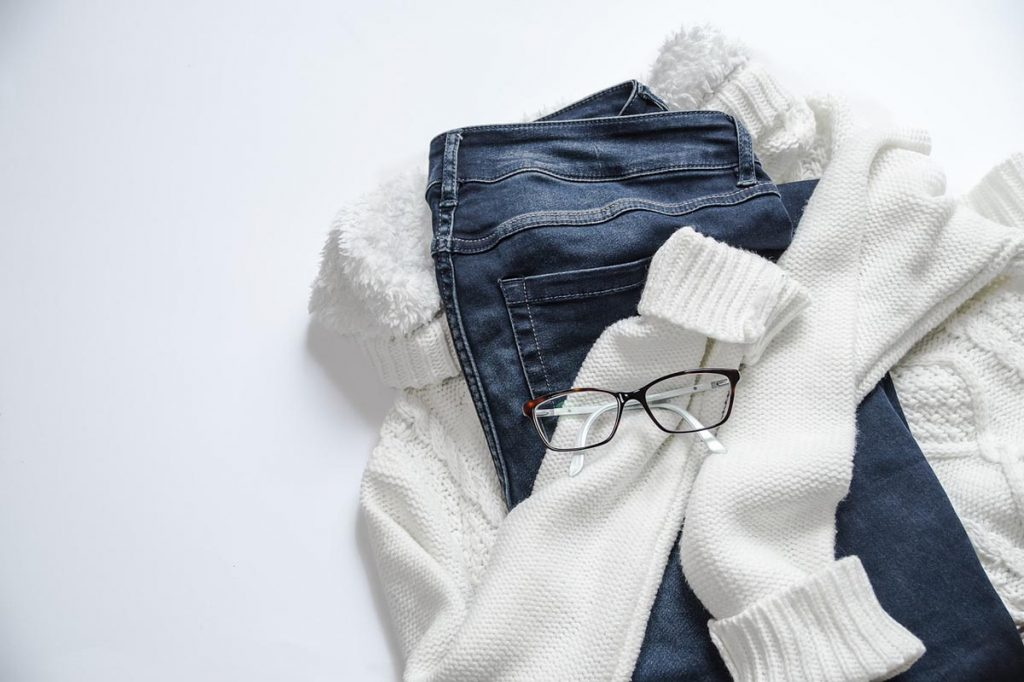 Brille Pullover Jeanshose