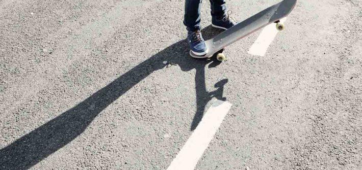 Skateboard Jeanshose Turnschuhe
