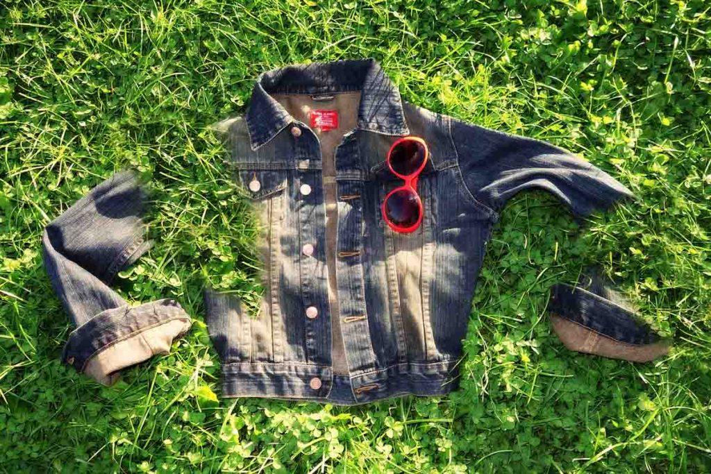 Jeansjacke Sonnenbrille Gras