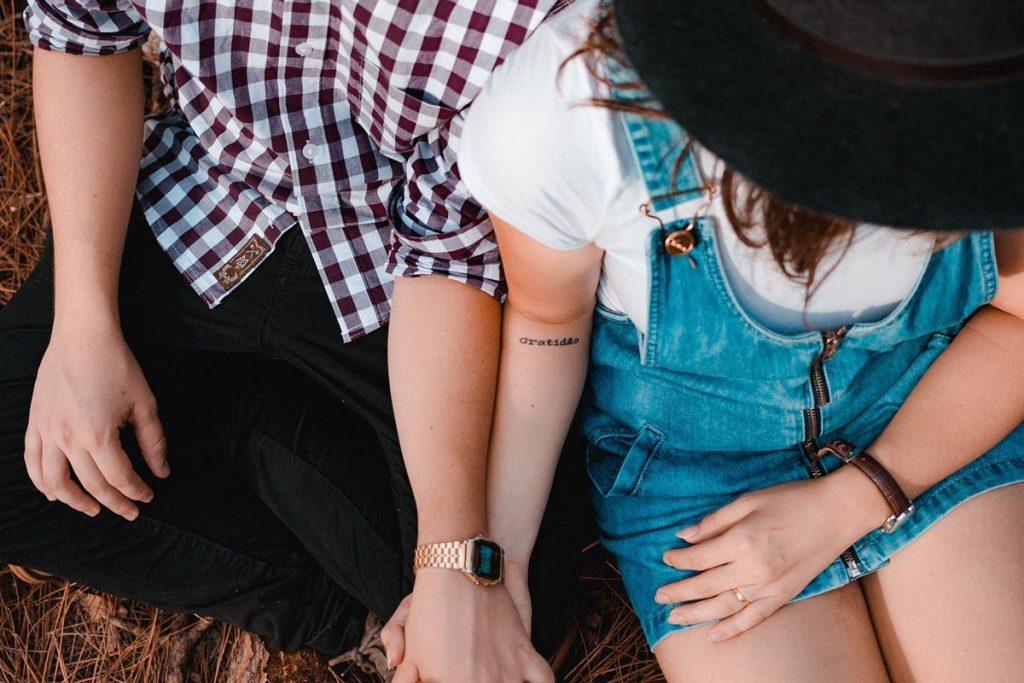 Paar Jeanskleid Karohemd
