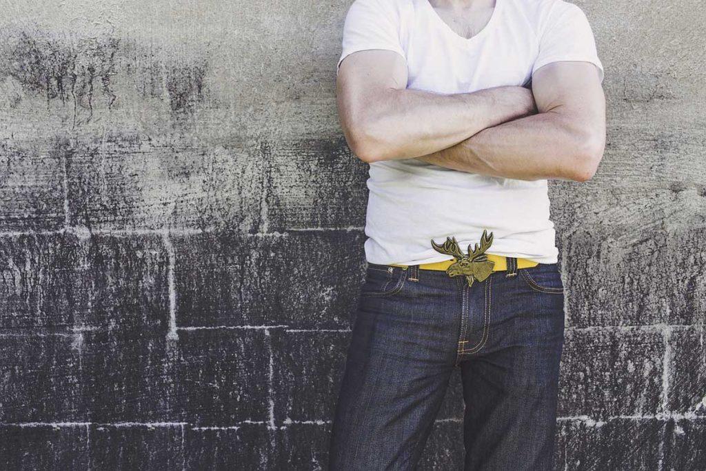 Jeanshose Gürtelschnalle Shirt Herrenmode