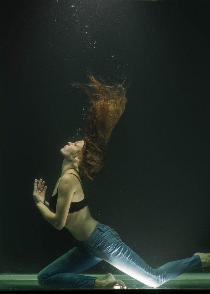 Jeanshose Unterwasser Frau Haare