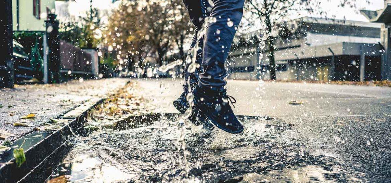 Pfütze Wasser Jeanshose Springen