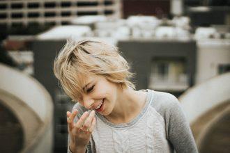 blondine pullover zopfmuster hand