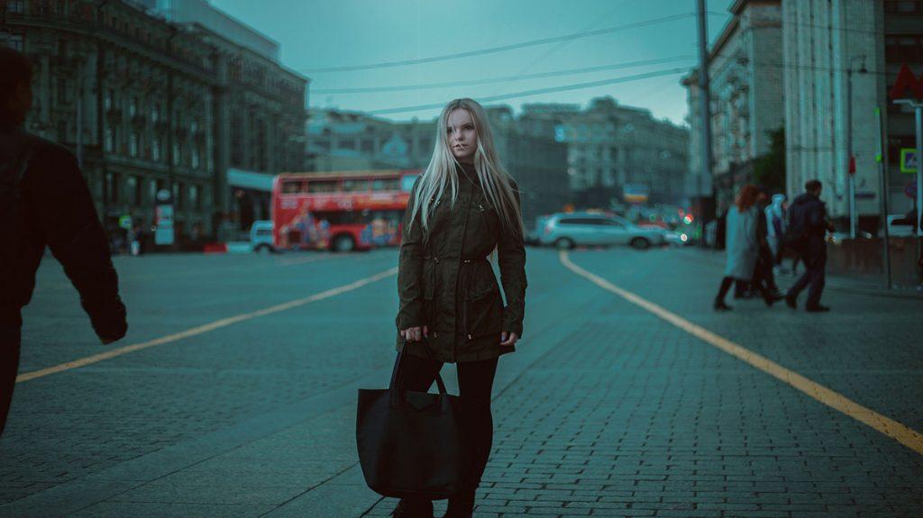 winterjacke tasche blondine stadt