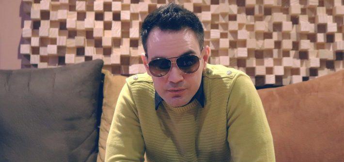 pullover sonnenbrille männermode sofa