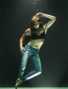 unterwasser frau jeanshose BH