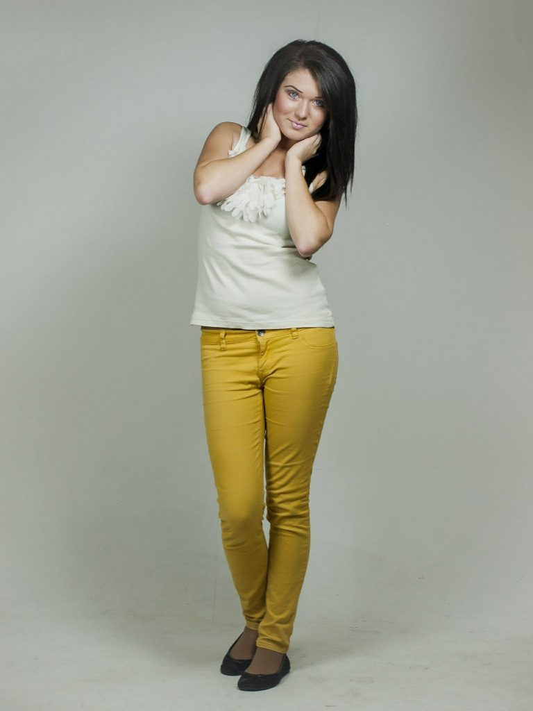 bunte jeanshose top frau