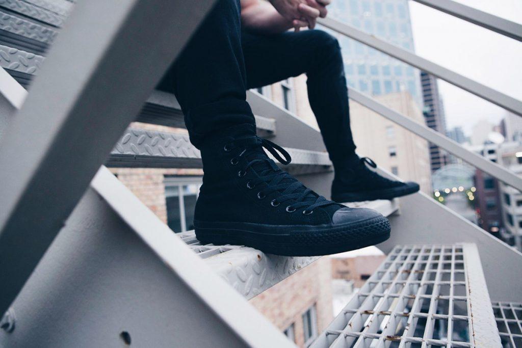 chucks schwarze jeanshose treppe