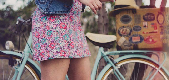 jeansweste kleid fahrrad frau