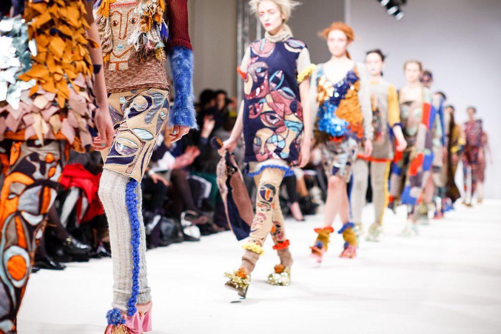patchwork denim modenschau kleid