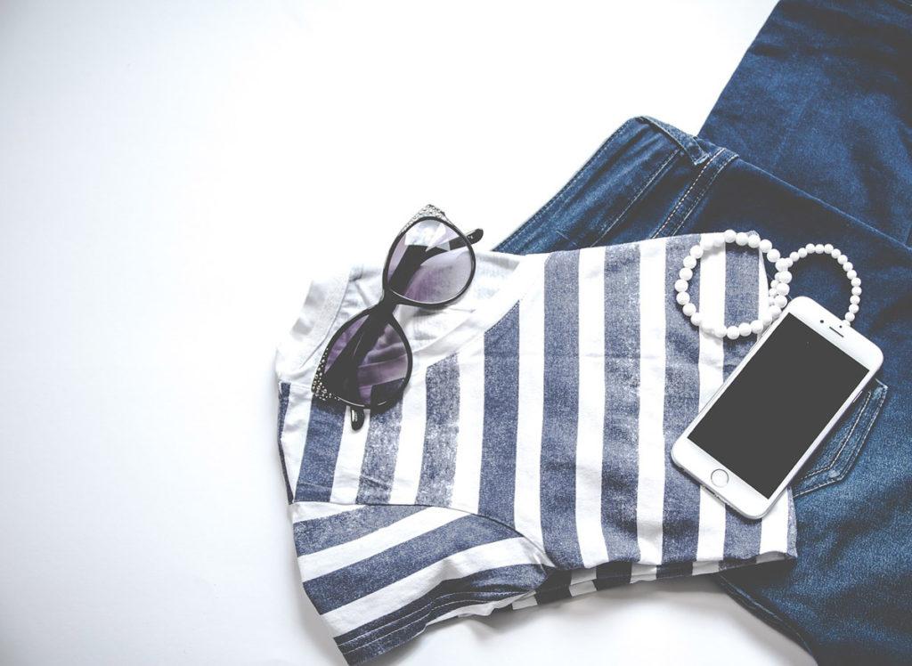 sonnenbrille tshirt jeanshose smartphone