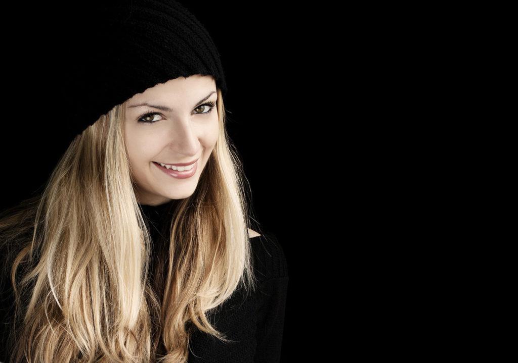 frau blond mütze makeup