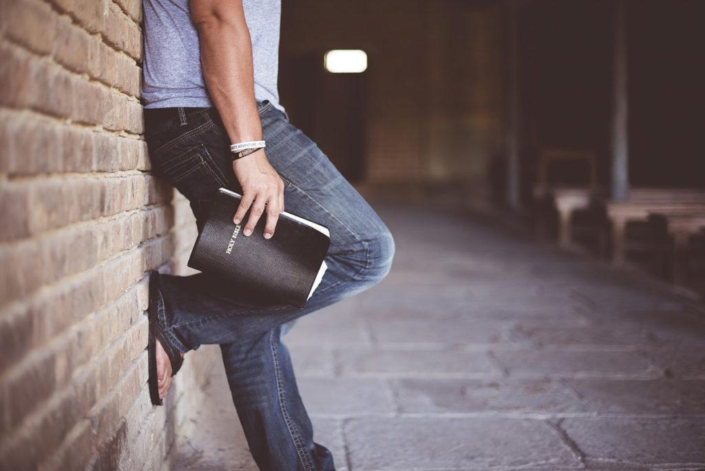 bootcut jeans bibel shirt