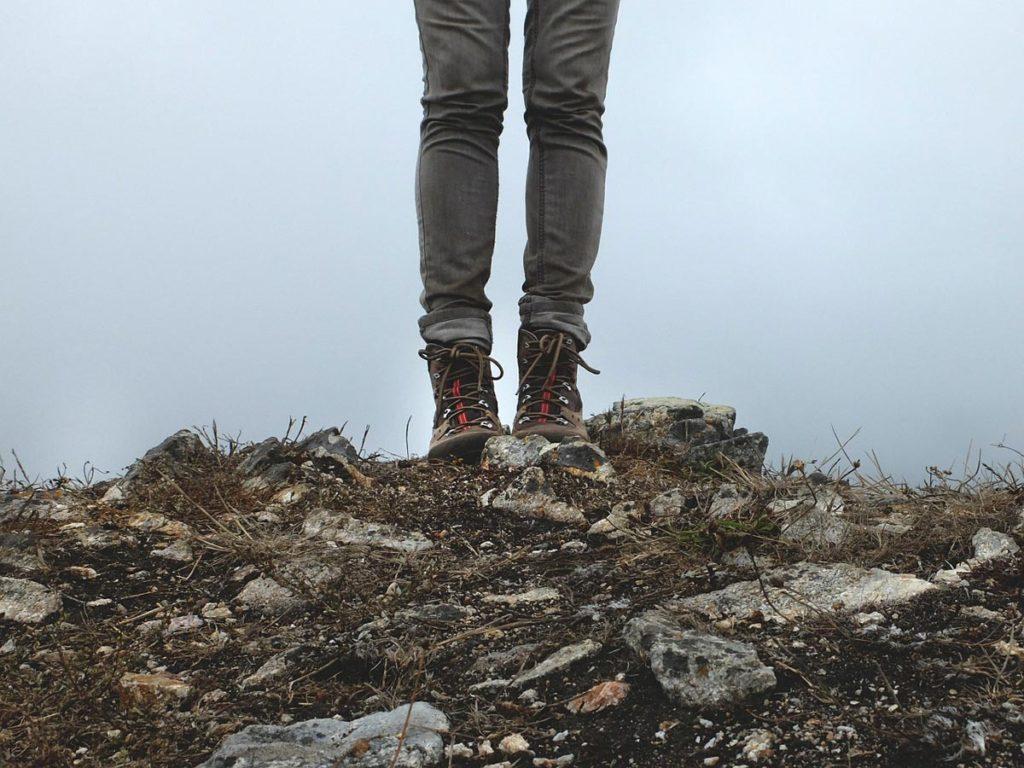 röhrenjeans wanderstiefel wandern berg