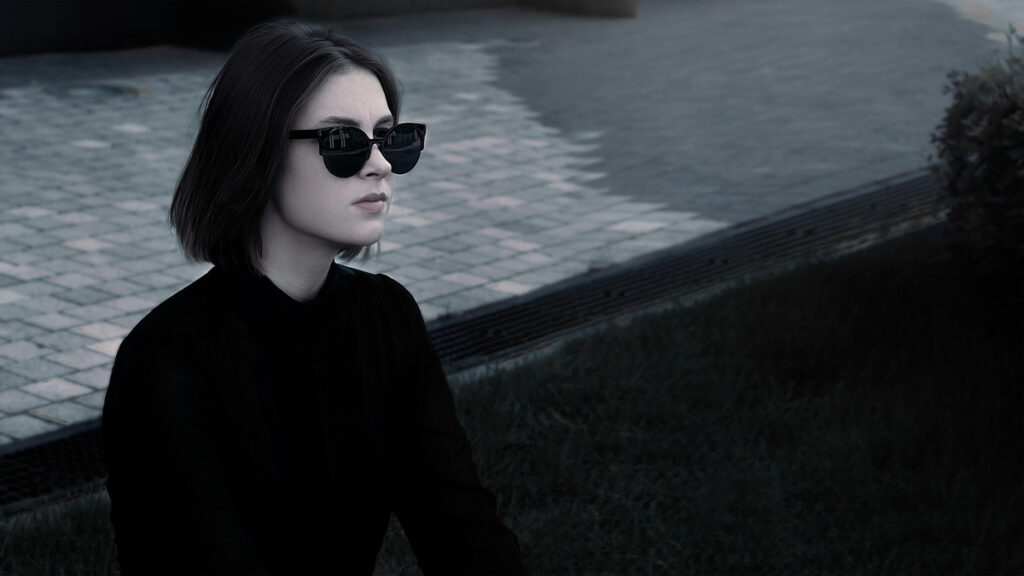 poloshirt schwarz damenshirt sonnenbrille